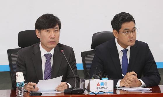 하태경 새로운보수당 책임대표(왼쪽)가 17일 오전 서울 여의도 국회 의원회관에서 열린 제6차 당대표단회의에서 모두발언을 하고 있다. [뉴스1]