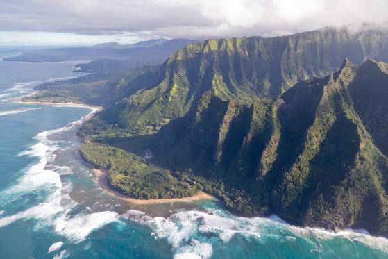 카우아이는 하와이 8개 유인도 가운데 화산 폭발로 가장 먼저 생긴 섬이다. 면적 70% 이상이 사람이 살 수 없는 험한 산지이지만 그만큼 드라마틱한 풍광도 많다. 기이한 해안절벽이 펼쳐진 나팔리 코스트를 헬기에서 내려봤다.