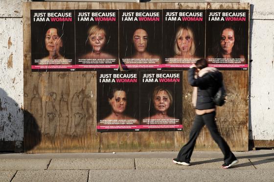 이탈리아 밀라노 시내에 내걸린 여성폭력 반대 포스터. [AP=연합뉴스]