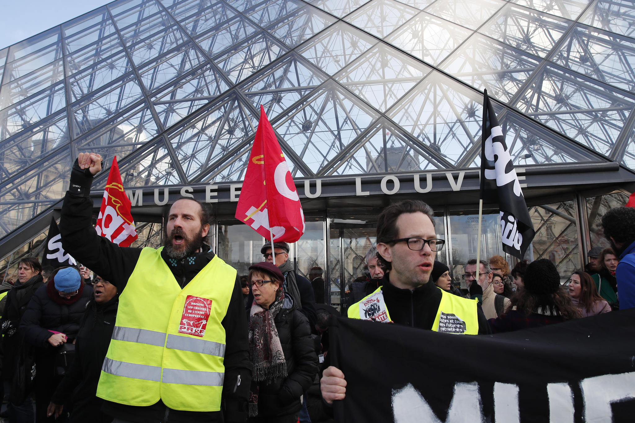 프랑스 정부 연금 개편에 반대하는 시위대가 17일(현지시간) 파리 루브르 박물관 입구에서 시위를 벌이고 있다. [AP=연합뉴스]