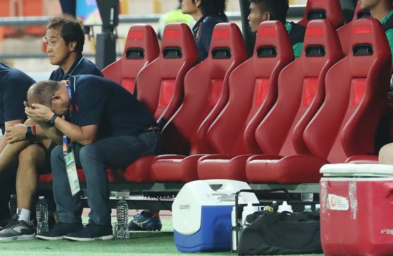 16일 오후(현지시간) 태국 방콕 라자망갈라 스타디움에서 열린 2020 아시아축구연맹(AFC) U-23 챔피언십 베트남과 북한의 조별리그 최종전에서 박항서 베트남 감독이 득점 기회를 아쉽게 놓치자 머리를 감싸쥐고 있다. [연합뉴스]