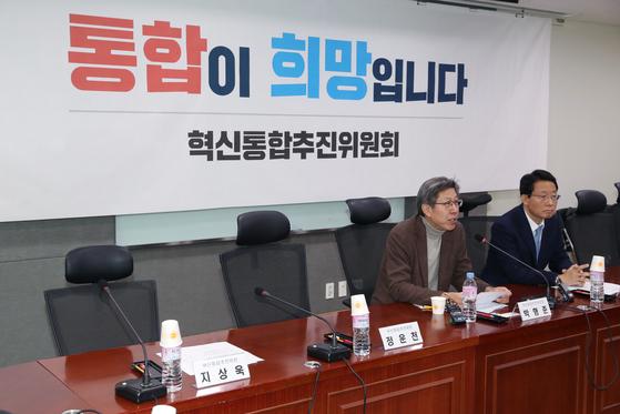 박형준 혁신통합추진위원장이 17일 서울 여의도 국회 의원회관에서 열린 제4차 혁신통합추진위원회의에서 새로운보수당 위원들의 빈자리에 대해 설명하고 있다. 박형준 위원장에 따르면 새로운보수당 정운천 의원은 방송토론회, 지상욱 의원은 개인사정으로 나오지 못했다. [뉴시스]