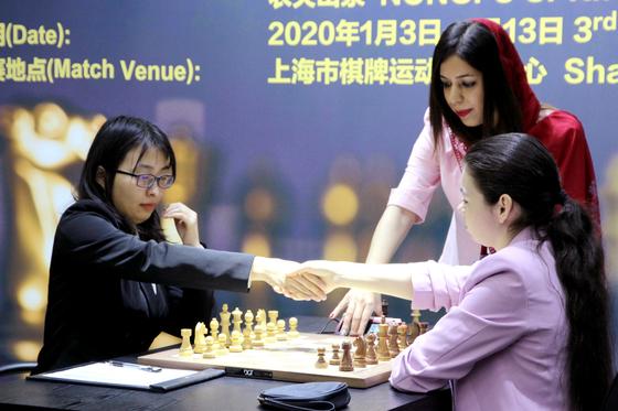 이란 체스 심판 쇼흐레 바야트가 지난 6일 중국 상하이에서 열린 '2020 여성 세계 체스 챔피언십' 심판을 보고 있다. 그의 옆이나 뒤에서 보면 히잡을 머리 끝에 걸치고 있는게 보인다. [로이터=연합뉴스]