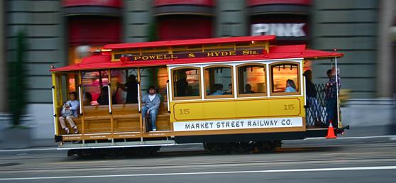 전기를 동력으로 레일을 달리는 샌프란시스코의 상징 케이블카. '케이블카'로 불리지만 케이블로 연결돼 있지 않다. 샌프란시스코는 3개 노선에 40여 대의 케이블카를 운영한다.[사진 샌프란시스코관광청]