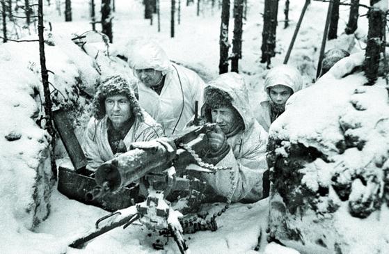 겨울전쟁 당시 기관총으로 무장한 핀란드 병사들이 전방의 소련군 진지를 응시하고 있다.[사진 핀란드 군사박물관]