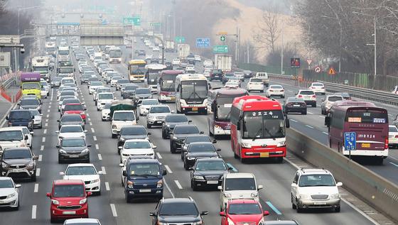 2018년 2월 설 연휴를 하루 앞두고 경기도 오산시 경부고속도로 오산나들목 부근 부산방향(왼쪽) 도로가 귀성길 차량으로 정체되고 있다. [연합뉴스]