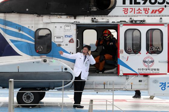 지난해 9월 6일 오후 경기도 수원시 아주대학교 병원에서 열린 경기도 응급의료전용헬기 출범식에서 이국종 아주대병원 권역외상센터 소장이 닥터헬기 앞에 서 있다. [뉴스1]