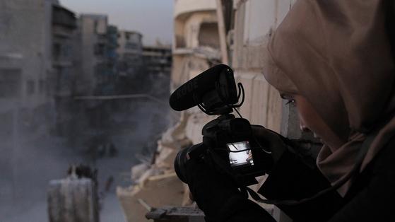 저널리스트가 꿈이었던 와드는 스마트폰으로 전쟁의 참상을 담기 시작했고 이후 스스로 촬영 기술을 배워 알레포의 실상을 세계에 알리기 위해 노력했다.