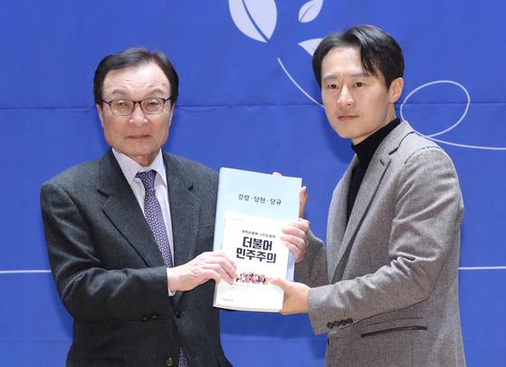 與 10호 인재 사법농단 고발 이탄희…법복 정치인 논란