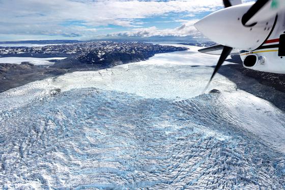 그린란드 중서부 일루리사트. 경비행기에서 내려다 본 아이스피오르 빙하의 빙붕면. 빙하는 주름을 만들며 흐르다가 이곳에서 폭포처럼 떨어져 바다로 흘러간다. 최정동 기자