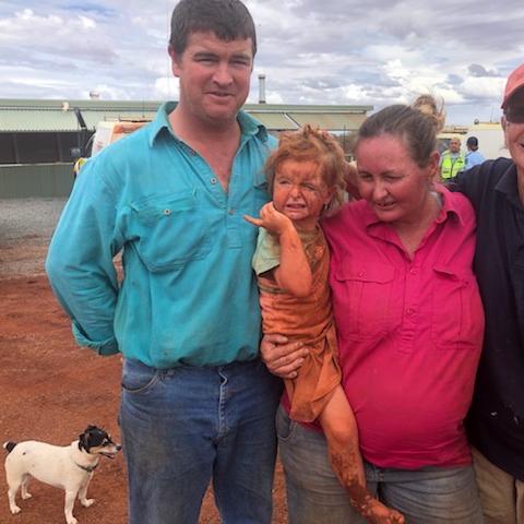 호주서 홍수로 떠내려간 3살 여아 24시간 보호한 강아지