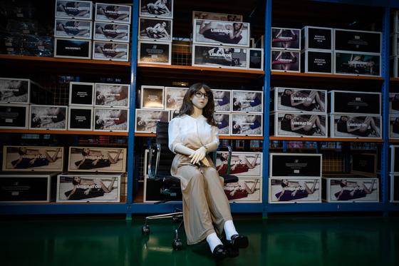 서울의 한 리얼돌 수입업체 물류창고에 전시 중인 리얼돌 모습. *기사내용과 직접적인 관련 없습니다. [뉴스1]