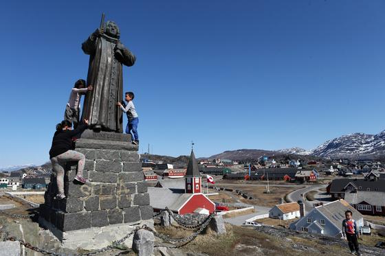 노르웨이 출신의 덴마크 선교사 한스에이일의 동상이 서있는 누크 바닷가 언덕. [중앙포토]