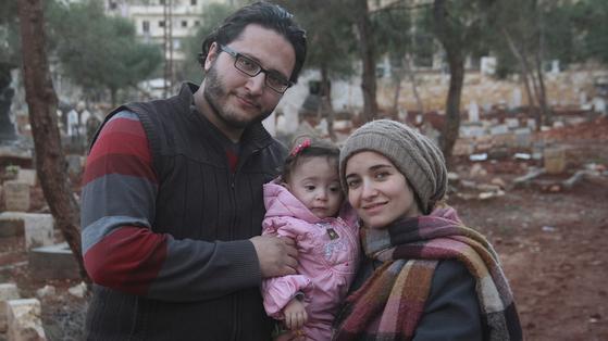 감독 와드 알-카팁(오른쪽)와 그녀의 딸 사마(가운데), 남편 함자(왼쪽). 영화 '사마에게'는 딸을 위해 엄마가 남긴 시리아 내전의 기록이다. [사진 엣나인필름]