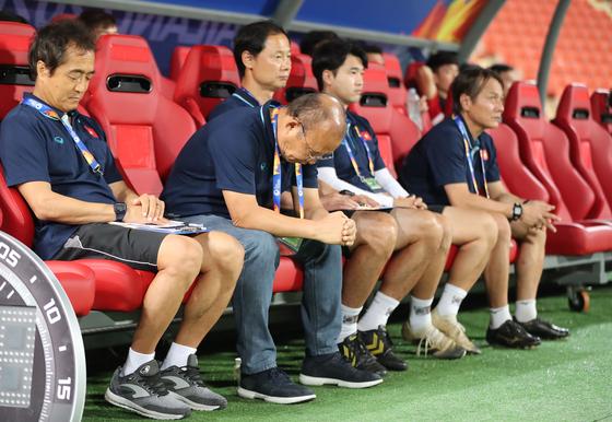16일 오후(현지시간) 태국 방콕 라자망갈라 스타디움에서 열린 2020 아시아축구연맹(AFC) U-23 챔피언십 베트남과 북한의 조별리그 최종전.   박항서 베트남 감독이 경기 전 기도하고 있다. [연합뉴스]