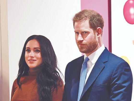 지난 7일 런던 캐나다 하우스 내 특별 전시회를 찾은 해리 왕자 부부. [로이터=연합뉴스]
