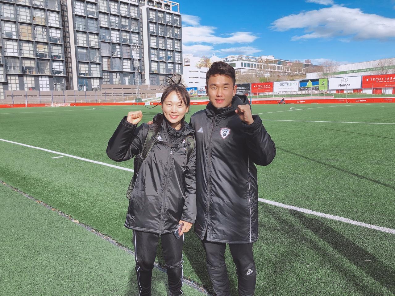 마드리드 CFF 장슬기(왼쪽) 스페인 여자축구 데뷔 2경기 만에 승리를 거뒀다. 오른쪽은 팀의 한국인 민성훈 코치. [사진 장슬기 매니지먼트 SNM EO]