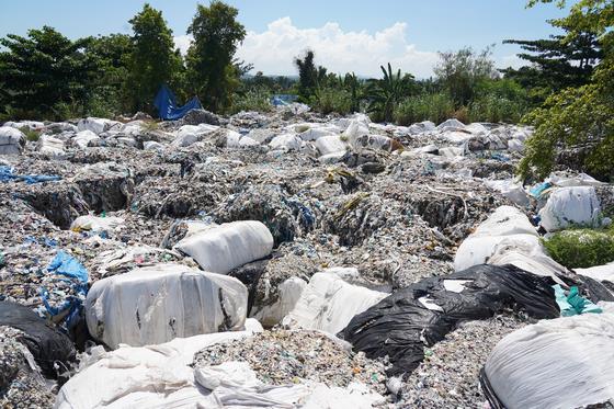 필리핀 민다나오섬에 한국에서 불법 수출된 플라스틱 쓰레기가 방치돼 있다. 천권필 기자
