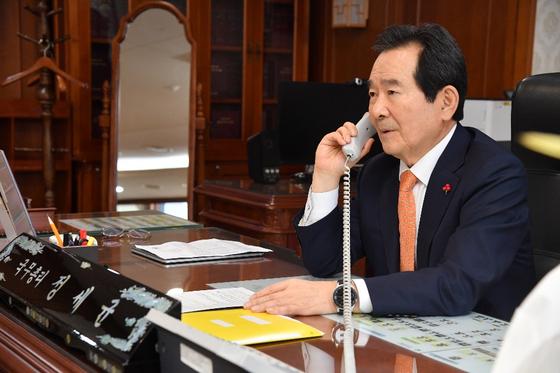정세균 총리가 20일 박영식 주네팔 대사와 통화하고 있다. [총리실 제공=뉴스1]