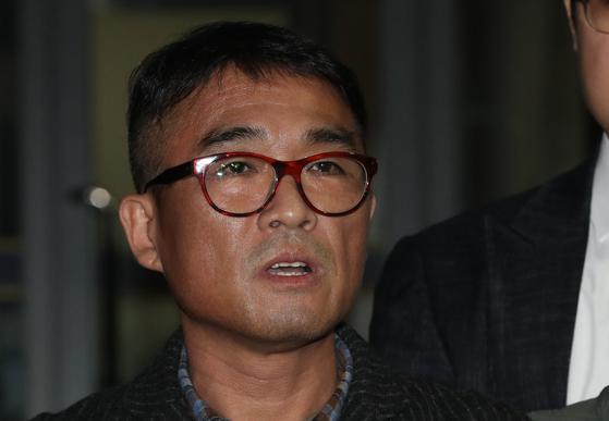 성폭행 의혹을 받는 가수 김건모가 15일 오후 피의자 신분으로 조사를 받은 뒤 서울 강남경찰서를 나서고 있다. [연합뉴스]