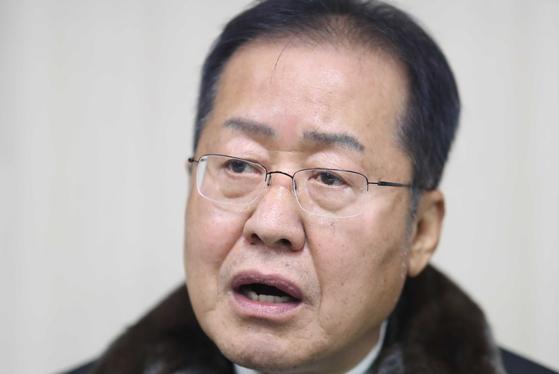 홍준표 전 자유한국당 대표가 20일 경남 함안군 함안군청을 찾아 취재진 질문에 답하고 있다.  함안은 최근 홍 전 대표가 21대 총선 출마를 선언한 경남 밀양·의령·함안·창녕 지역구 중 하나다. [연합뉴스]