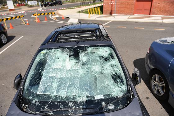 20일(현지시간) 호주 캔버라에서 주차해 둔 차가 우박에 맞아 손상됐다. 이날 호주 응급구조대에는 200건이 넘는 출동 요청 전화가 쇄도했다. [EPA=연합뉴스]