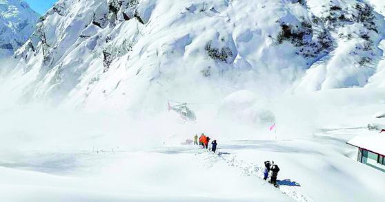 한국인 교사 일행이 실종된 데우랄리보다 높은 인근 지역 안나푸르나 마차푸차레 베이스캠프(3720m)에서 18일 고립된 한국인과 중국인 트레커들이 헬리콥터로 구조되고 있다. [연합뉴스]