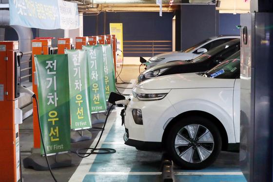 서울의 한 대형 쇼핑몰에 마련된 전기차 충전소 모습. [뉴스1]