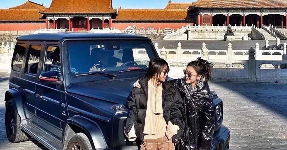 휴관일에 중국 자금성 내에 차를 타고 들어가 사진을 찍은 여성들. [사진 웨이보]