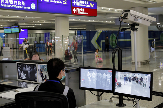 홍콩 국제공항에선 중국 우한에서 신종 폐렴이 발생함에 따라 중국에서 오는 여행객들에 대해 모니터를 강화하고 있다. [AP=연합뉴스]