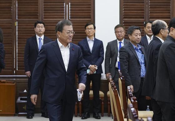 문재인 대통령이 20일 청와대에서 올해 첫 수석보좌관회의에 참석하고 있다. (청와대 제공) [뉴스1]
