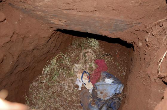 마약과 무기 밀래 혐의로 수감돼 있던 브라질인 40명과 파라과이인 36명이 19일(현지시간) 파라과이 페드로 후안 카발레로 시 교도소에서 땅굴을 파고 도주 했다. 땅굴 입구에 수감자들의 옷이 놓여 있다. [AP=연합뉴스]
