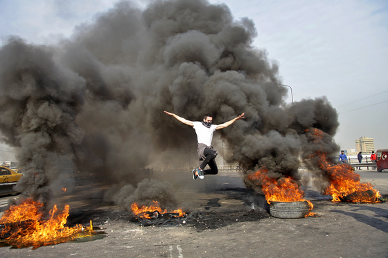 """반정부 시위를 이어가고 있는 이라크 시민들. 이들은 """"미국도, 이란도 싫다""""는 구호를 외친다. [AP=연합뉴스]"""