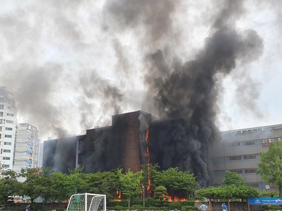지난해 6월 26일 오후 서울 은평구 은명초등학교에서 화재가 발생해 건물이 불타는 모습. [연합뉴스=독자 제공]