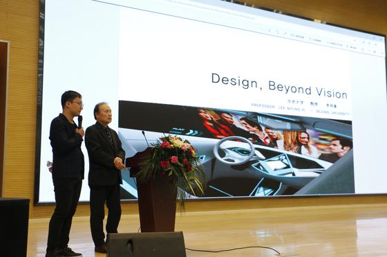 세종대 디자인이노베이션전공 이명기 교수(오른쪽)가 세미나를 진행 하고 있다.