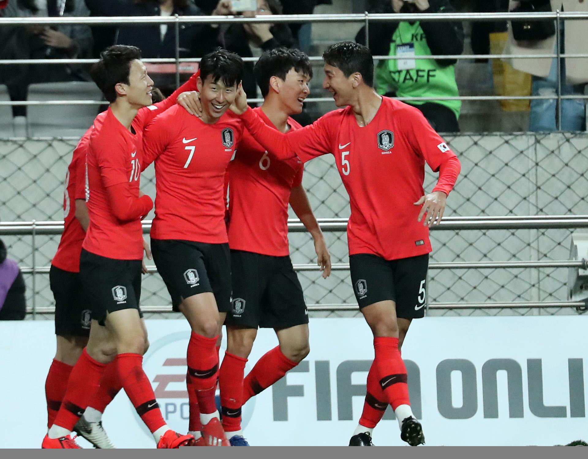 지난해 3월 26일 서울월드컵경기장에서 열린 콜롬비아와 평가전에서 한국 손흥민이 첫 골을 성공시키고 팀 동료들과 환호하고 있다. [연합뉴스]