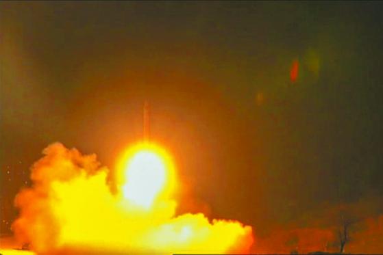 이란이 지난 8일 이라크 미군 기지를 향해 탄도미사일을 발사하는 장면. 이란은 2발의 토르 미사일을 우크라이나 국적의 민항기에 오격, 176명의 무고한 희생자를 냈다. [AFP=연합뉴스]