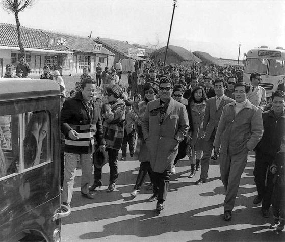 1960년대 중반 인기가 한창일 때 수많은 지방 팬들과 함께한 배우 신영균(앞쪽 가운데). 왼쪽에 김진규, 오른쪽에 허장강·신성일이 보인다. [사진 신영균예술문화재단]