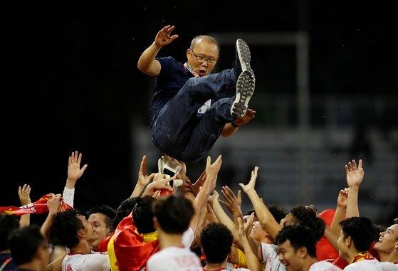 SEA게임 남자 축구 우승을 확정한 베트남 선수들이 박항서 감독을 헹가래치고 있다. [로이터=연합뉴스]