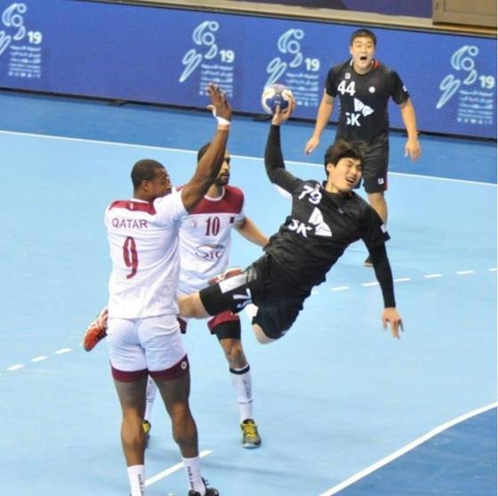 카타르와 아시아핸드볼선수권 결선 1차전에서 슈팅을 시도하는 박세웅. [사진 아시아핸드볼연맹 SNS 캡처]