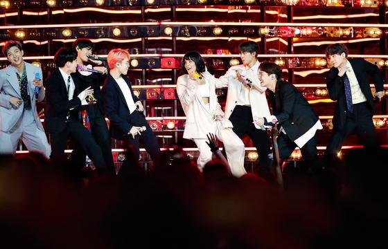 지난해 5월 미국 빌보드 뮤직 어워드에서 방탄소년단과 합동 무대를 펼친 할시. [로이터=연합뉴스]