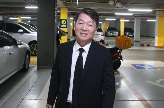 바른미래당 안철수 전 의원이 20일 오후 부모님이 계시는 부산 본가를 방문하고 있다. [연합뉴스]