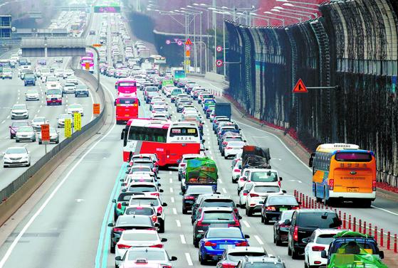 명절 때마다 되풀이 되는 교통정체. 지난해 설 연휴 첫날 경부고속도로 잠원 나들목과 서초 나들목 일대에서 귀성 차량들이 서울을 빠져나가며 정체를 빚고 있다. [연합뉴스]