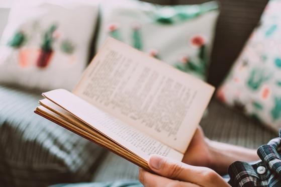 머리를 쓰자. 책도 읽고 글도 쓰고. 하다못해 고스톱이라도 치자. 때로는 멍 때리는 것도 필요하겠지만 오래 하면 뇌세포가 사멸한다. 나이 들면 단순한 건망증에도 치매가 아닌가를 걱정한다. [사진 pexels]