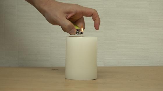 향초가 실내 공기질에 미치는 영향을 확인하기 위해 초에 불을 붙이고 있다. [사진 왕준열]