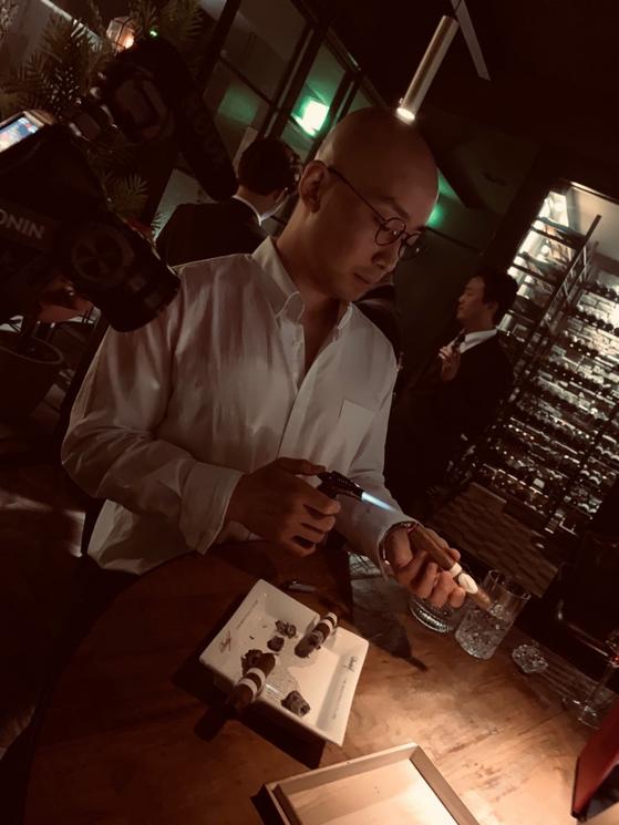 시가에 라이팅을 하고 있는 다비도프 조용범 매니저. [사진 조용범]