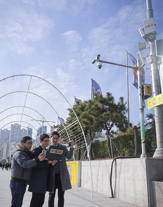 SK텔레콤 연구원들이 5G SA 통신 테스트를 진행하고 있는 모습. [사진 SK텔레콤]