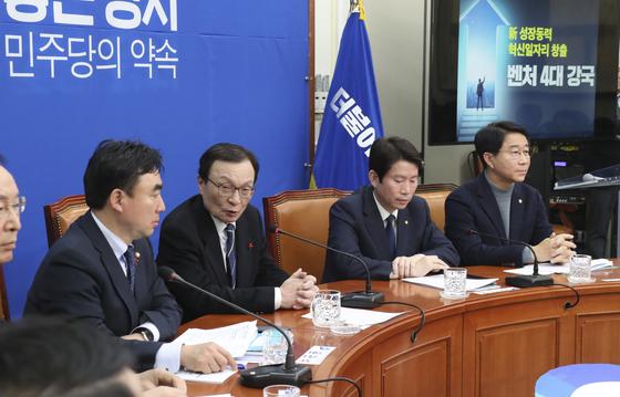 이해찬 더불어민주당 대표(왼쪽 둘째)가 20일 국회에서 열린 '2차 총선 공약 발표'에서 발언하고 있다. 임현동 기자