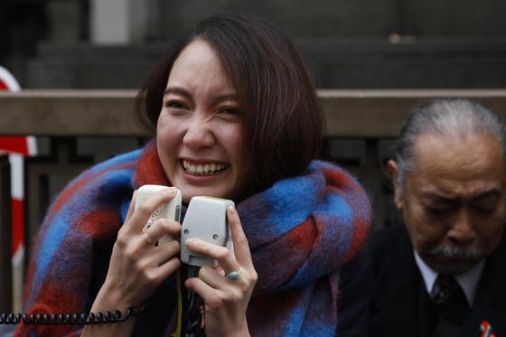 일본 미투 운동의 상징 이토 시오리(30)가 18일 민사 소송에서 이긴 직후 소감을 전하고 있다. [AP=연합뉴스]