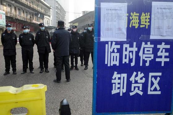 바이러스성 폐렴이 집단 발병해 지난 1일 폐쇄된 중국 후베이성 우한의 화난 해산물시장. 보완요원이 지키고 있다. [AFP=연합뉴스]